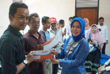 Hj Intan Fauzi Serahkan Buku Tabungan BSPS Kepada Warga Pasir Putih dan Kedaung Kota Depok