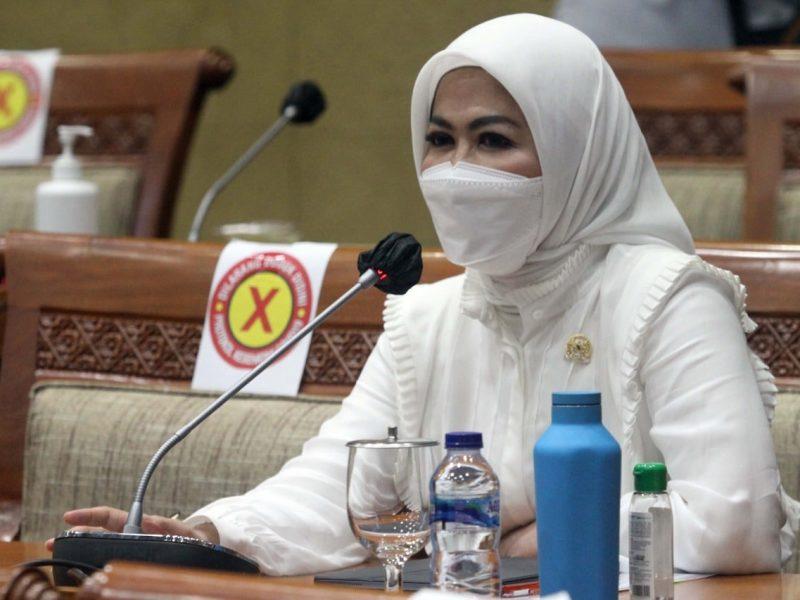 Anggota DPR RI Komisi IX, Hj Intan Fauzi, SH, LL.M saat Rapat Kerja Membahas APBN Kementerian Kesehatan RI Tahun Anggaran 2021 dan Proyeksi Penambahan Anggaran Kementerian Kesehatan RI dari Anggaran Penanganan Covid-19 di Jakarta, Senin (8/2)