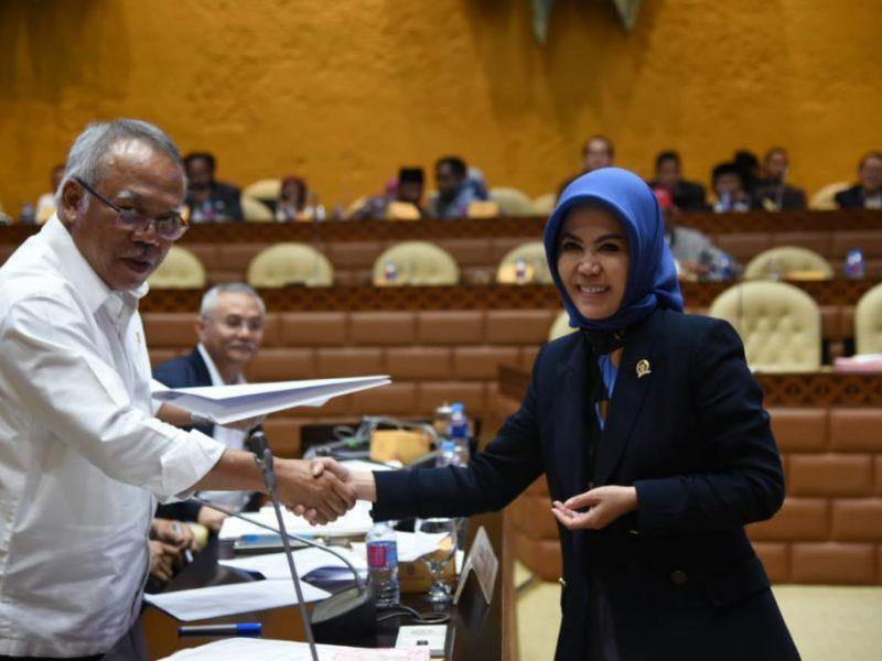 IntanFauzi saat menyerahkan dokumen percepatan restorasi dan normalisasi Kali Bekasi kepada Menteri PUPR, Basuki Hadimuljon