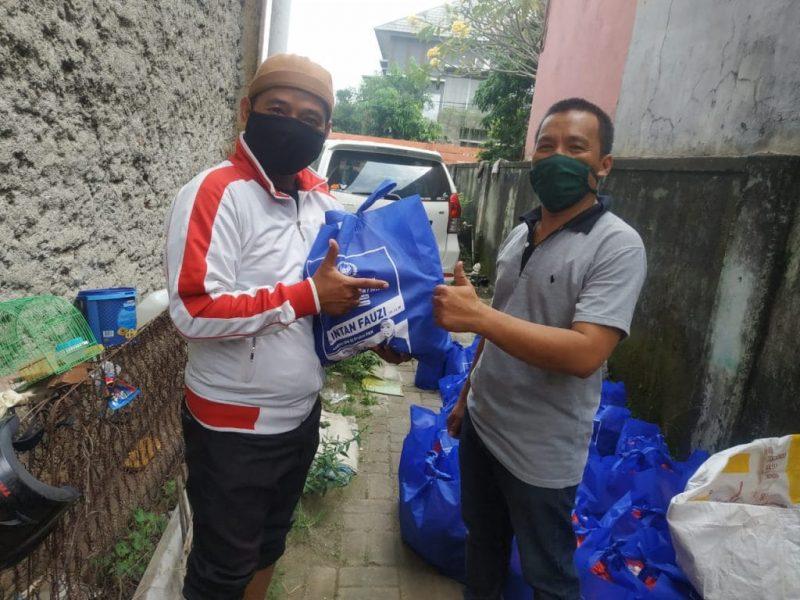 Anggota DPR RI, Hj Intan Fauzi, SH, LL.M menyalurkan bantuan sosial (Bansos) kepada warga Kota Bekasi dan Kota Depok  yang terdampak pandemi virus Corona (COVID-19).