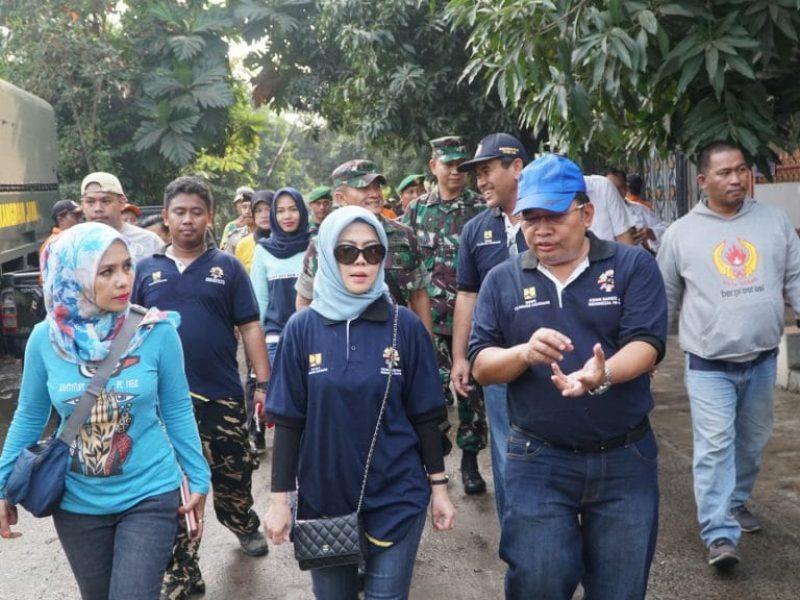 Intan Fauzi meninjau kerja bakti bersama antara Kodim 507, Dinas PUPR, & Perum Jasa Tirta   dalam membersihkan Situ Rawa Bebek
