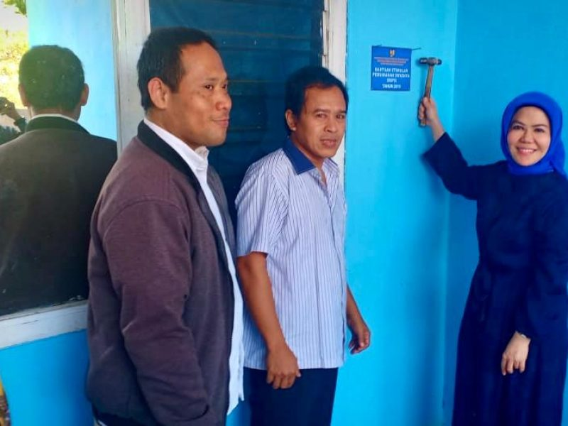 Anggota DPR RI, Hj Intan Fauzi, SH, LL.M tengah memegang palu saat pemasangan papan peneng di Kelurahan Bojongsari Depok, Sabtu (16/11)