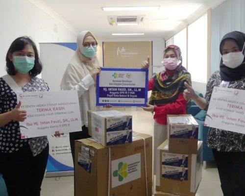 Anggota DPR RI Hj Intan Fauzi, SH, LL.M Dapil Kota Bekasi & Depok menyerahkan bantuan Alat Kesehatan bagi Rumah Sakit Depok & Kota Bekasi.