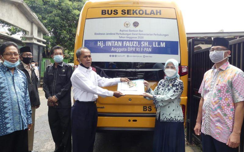 Hj. Intan Fauzi, SH. LLM, Anggota DPR RI menyerahkan aspirasi 1 Bus sekolah yang diberikan kepada Yayasan Taufiqurrahman, Depok. Senin 8/2/2021.