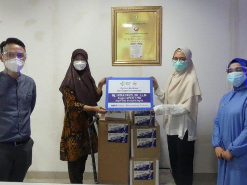 Wakil Direktur Medis RS Hermina Kota Depok, Dr Tantiyo Setiyowati, (kedua dari kri) ketika menerima bantuan alkes dari Anggota DPR Intan Fauzi (ANTARA/Foto: istimewa).